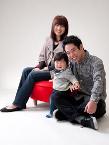 家族で座っている写真