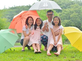 雨の日に傘で家族でロケーション写真