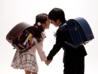 男女で入学の記念写真