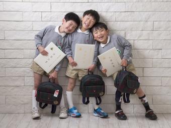 お友達と入学証書を持って記念写真