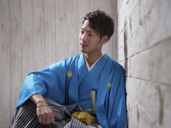 壁に寄りかかって袴を来た成人式の記念写真