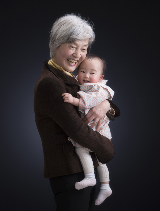 おばあちゃんと赤ちゃんの写真